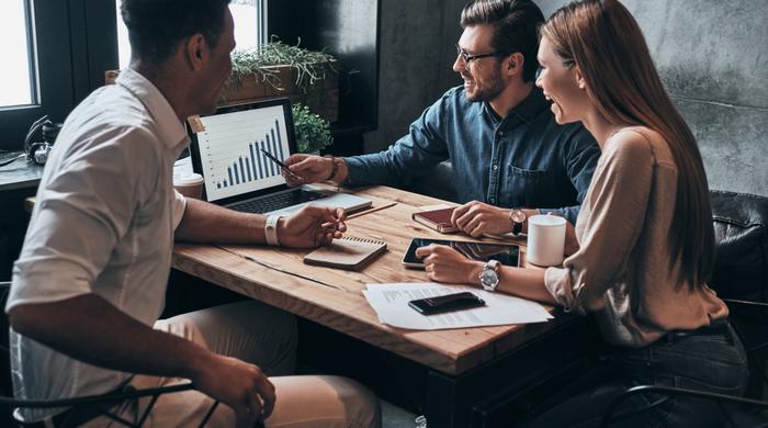 grupo de pessoas marketing debate agil análise de resultados dados